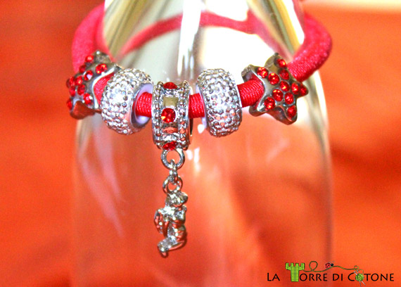 Braccialetto in fettuccia con perline in metallo
