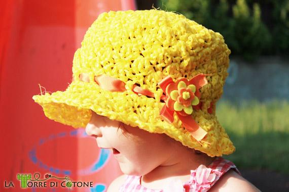 Cappellino in rafia per bambini lavorato all'uncinetto